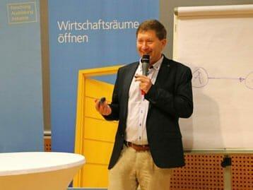Speaker: Dr. Fritz Wiesinger bei einem Vortrag